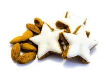 Zimtstern Zimtsterne Weihnachten Mandel Mandeln isoliert freigestellt auf weißen Hintergrund, Freisteller